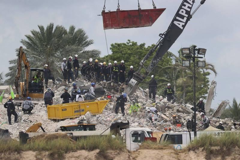 美國邁阿密12層公寓大樓倒塌釀成97死,當局已結束挖掘遺體的行動。(法新社)