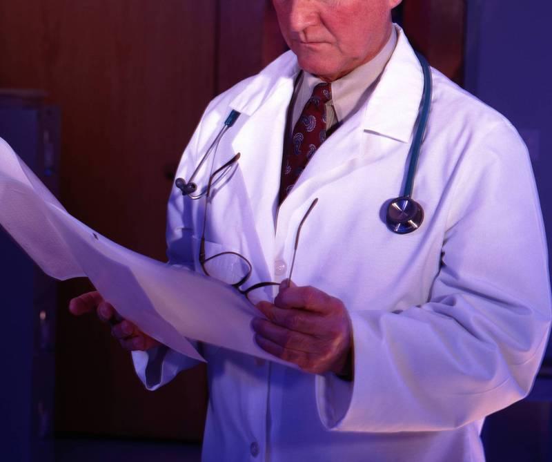 網傳影片「德國良知醫生揭露戴口罩的秘密」,查核平台《MyGoPen》查證闢謠。(情境照)
