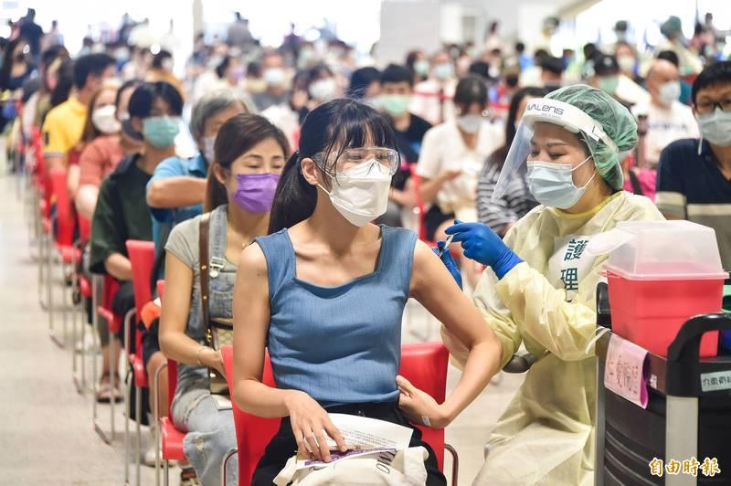 台北市國高中教職員下週一起在花博爭豔館打疫苗。示意圖。(資料照)