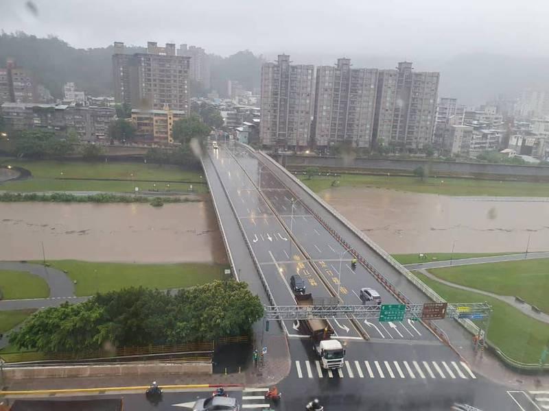 一名網友表示,萬壽橋下淹大水,河濱公園的綠地和走道遭波及。(翻攝自臉書木柵社團)