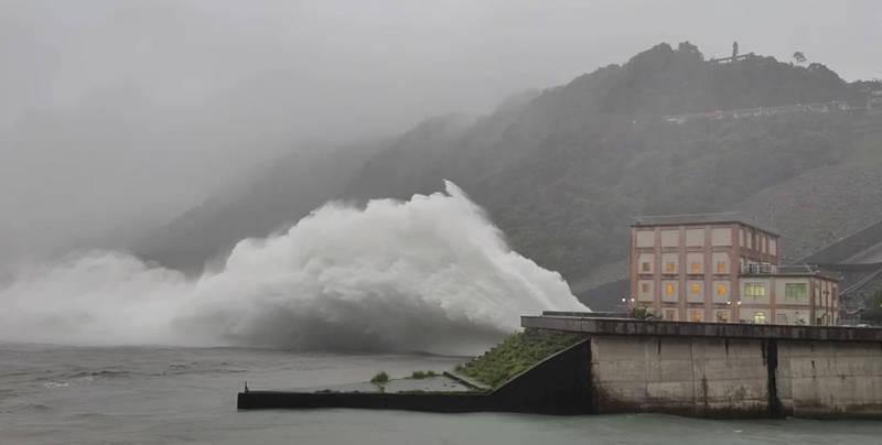 石門水庫於10時洩洪。(資料照,北水局提供)