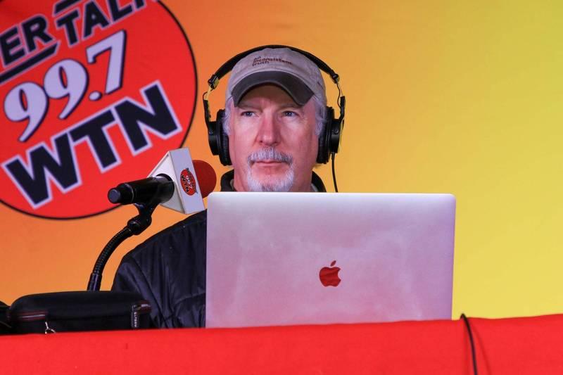 美國田納西州納許維爾廣播電台主持人瓦倫,於上週不幸罹患武漢肺炎,病情相當嚴重。(圖翻攝自Phil Valentine臉書)