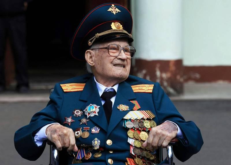 俄羅斯二戰102歲老兵巴加耶夫(Nikolai Bagayev),感染武肺住院1個多月後順利康復,他笑稱自己是在102歲時重生。(路透)