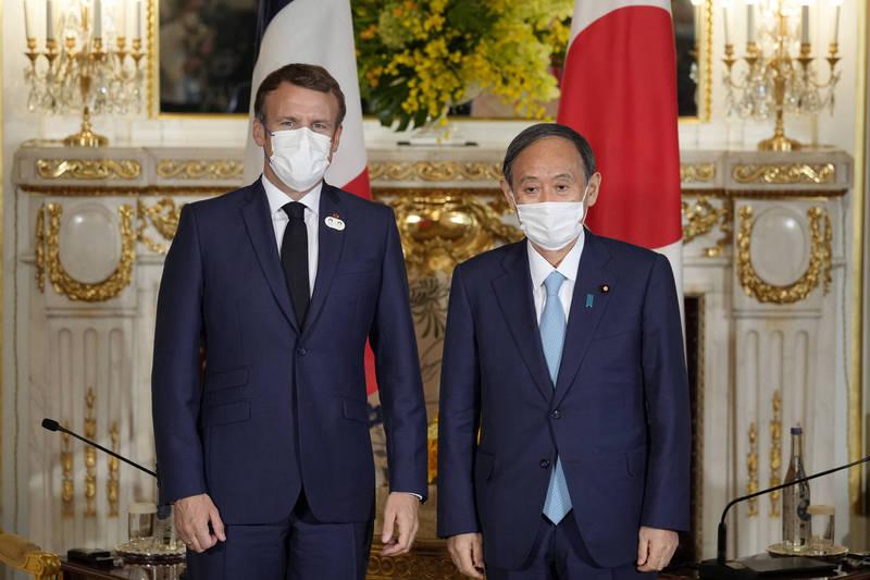 日本首相菅義偉(右)今天在東京赤坂迎賓館與法國總統馬克宏(左)見面。(法新社)