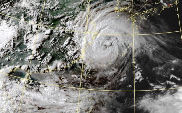 今年第6號颱風「烟花」18日成形以來慢速移動,明(25日)將登陸中國,預計將受影響的浙江、江蘇、上海連發196個氣象災害預警。(圖取自中央氣象局)