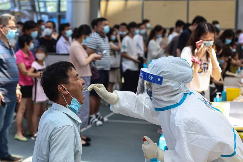 中國昨增35例確診,江蘇、四川皆現本土病例。圖為江蘇民眾接受篩檢。(法新社)