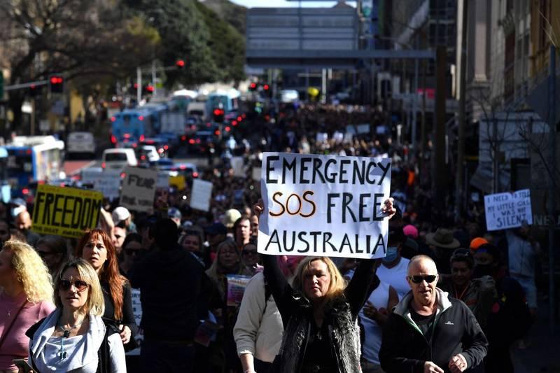澳洲今日有數千人為抗議防疫封鎖令,在雪梨及墨爾本聚集。(路透)