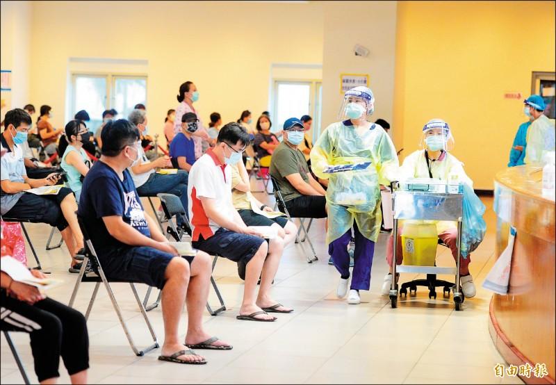 三重體育館昨天上午接種疫苗人潮踴躍。(記者王藝菘攝)