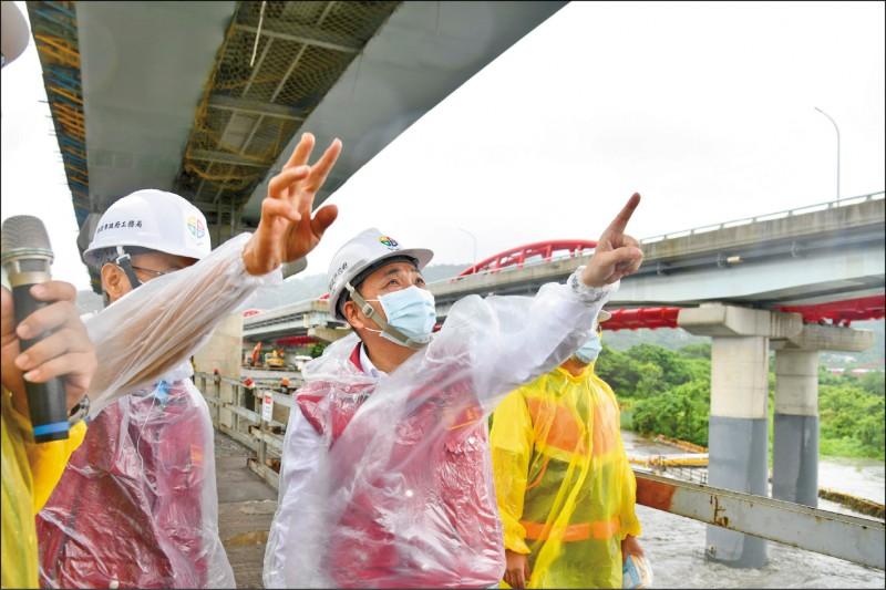侯友宜(中)上午前往鶯歌關心颱風期間三鶯大橋工程防颱措施。(新北市政府提供)