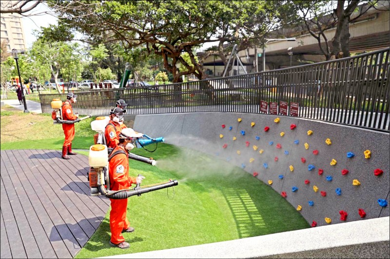新竹市公園及兒童遊戲設施之前消毒畫面。 (市府提供)