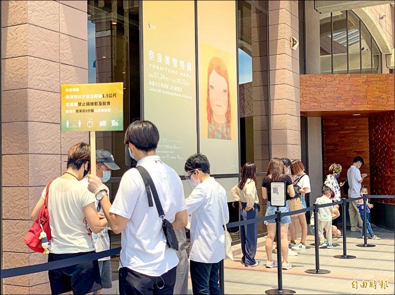 奈良美智特展高雄場昨天開幕,每小時限制60人進場。(記者黃旭磊攝)