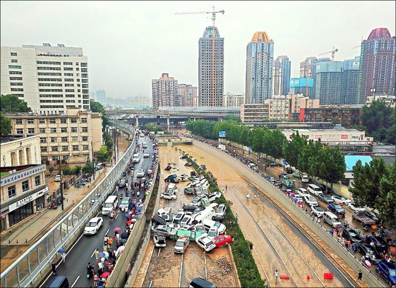 廿二日京廣北路隧道的空照圖。(法新社)