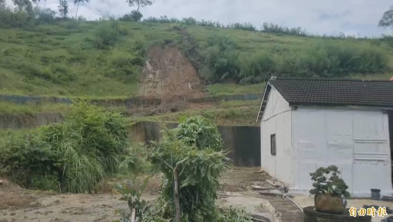 連日大雨,苗栗縣公館鄉北河村一處邊坡傳土石崩落,險波及民宅。(記者張勳騰攝)