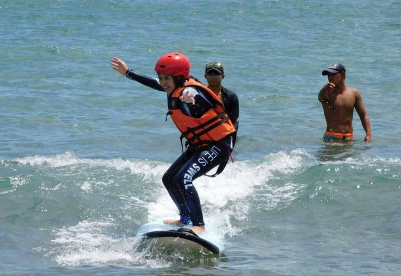 新北市中角國小結合在地衝浪勝地沙珠灣,打造衝浪特色系列課程。(新北市教育局提供)