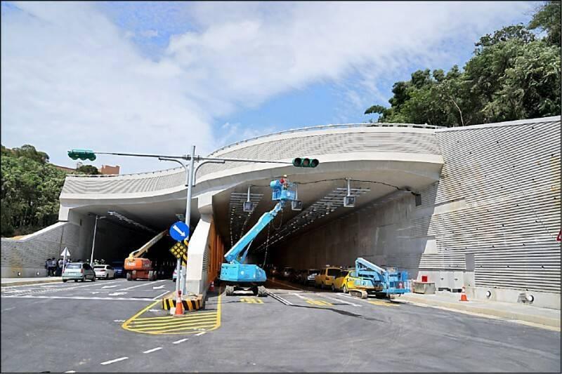 新北市淡水沙崙路隧道完工不到1個月,隧道牆壁出現滲水問題。(圖由民眾提供)