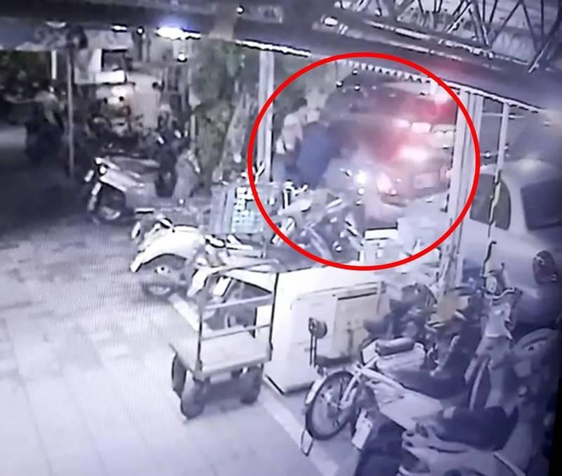 監視器拍下隋嫌開車衝撞員警。(記者徐聖倫翻攝)