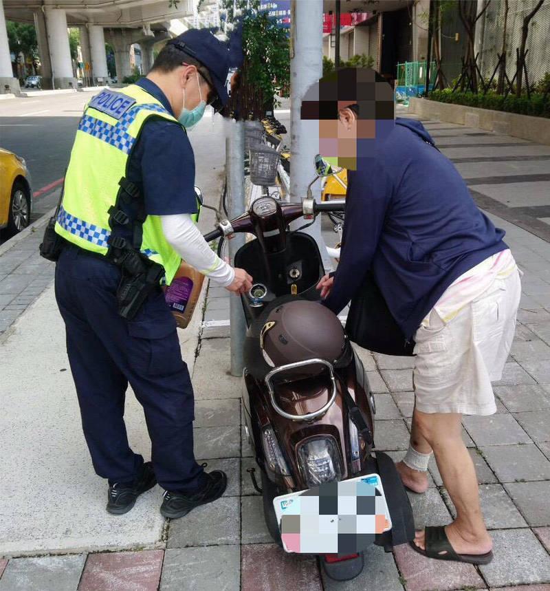 員警貼心地協助葉婦機車加滿油。(記者許國楨翻攝)