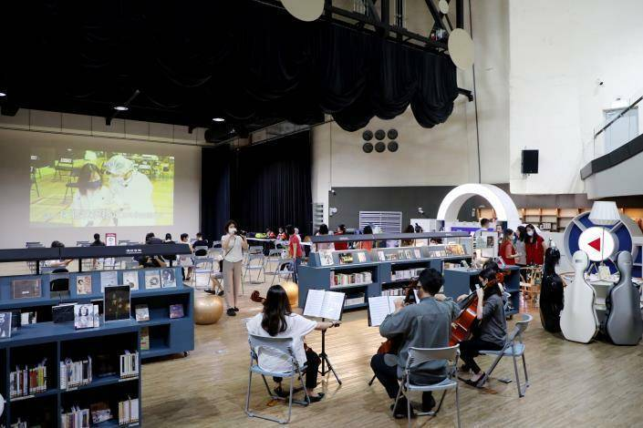 台南市第3處特色施打站在許石音樂團書館開打,現場並加碼大提琴四重奏。(台南市政府提供)