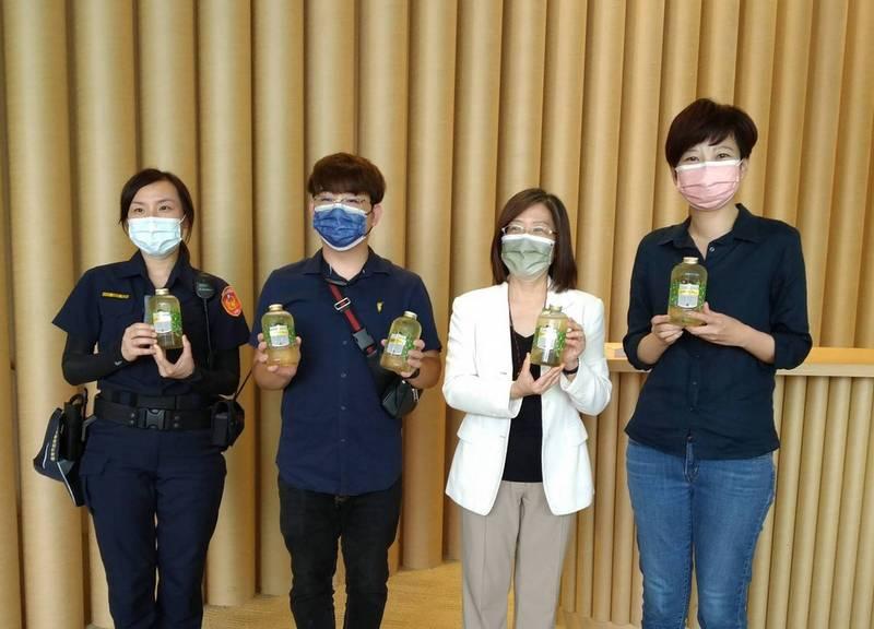 市議員陳怡珍(右)牽線台南知名甜點業者贈送茶飲給許石音樂圖書館、台南美術館等特色接種站的醫護人員及第一線防疫人員,感謝他們的辛勞。(市議員陳怡珍提供)