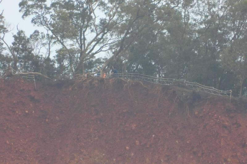 山友注意,颱風過境,火炎山懸崖崩山整片。(圖由蔡玉清提供)