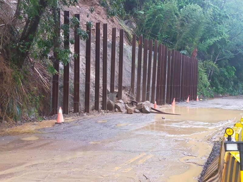 苗62線6月底巨石狂落封路搶修未完,又遇颱風掉落石。(胡娘妹提供)