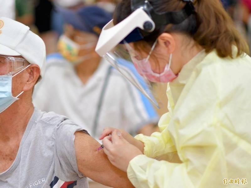 中央配發給南投縣政府的莫德納疫苗,其中7月29日屆期已在25日打完。(記者劉濱銓攝)