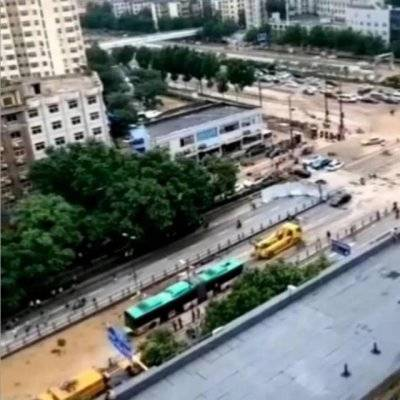 影片顯示,重型卡車從被淹隧道中拖出一輛窗戶全被黑布遮蓋的詭異公車。(影片擷圖)