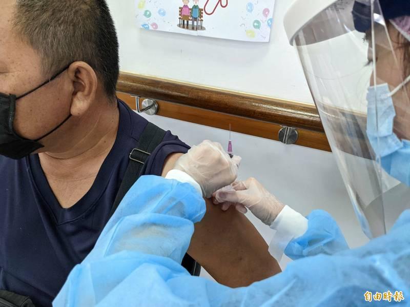南投縣屆期莫德納疫苗,預計7月30日打完,隨著防疫將降級,縣府向中央爭取提供65至66歲與補教業疫苗。(記者劉濱銓攝)