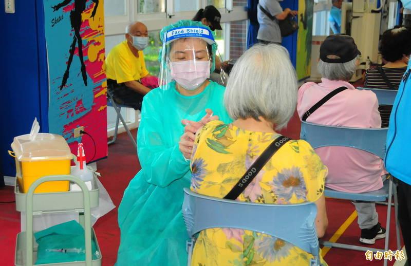 中央公佈有3個批號的莫德納疫苗即將在這2週陸續到期,花蓮縣衛生局強調,疫苗將在30日「清零」全部打完。(記者花孟璟攝)