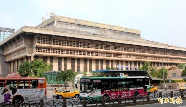 台北市政府通知台北車站1樓店面,今天下午2點起全面停業3天,但車站售票作業照常運作不影響。(資料照)