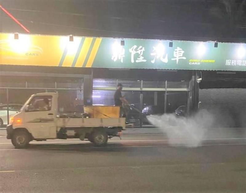 潮州開小貨車噴藥消毒志工因後方載人被開單告發。(圖:讀者提供)