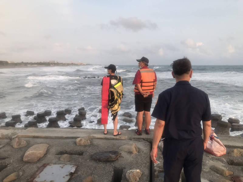 高雄旗津海域傳父子落海,消防局出動8車13人搜尋中。(警方提供)