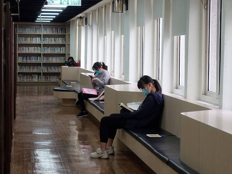 因應疫情警戒調降二級後,嘉市圖書館仍採預約優先。(嘉義市政府提供)