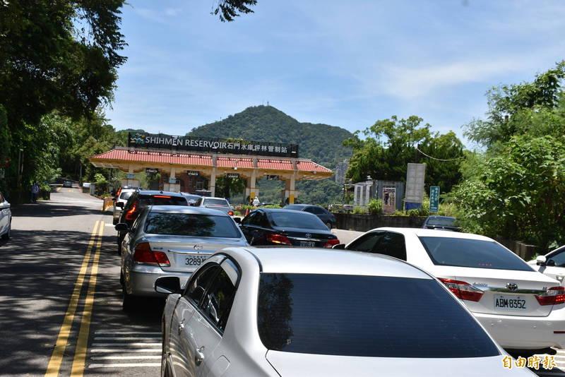 全國三級警戒降級前的最後一個假日,石門水庫園區車潮湧入。(記者李容萍攝)
