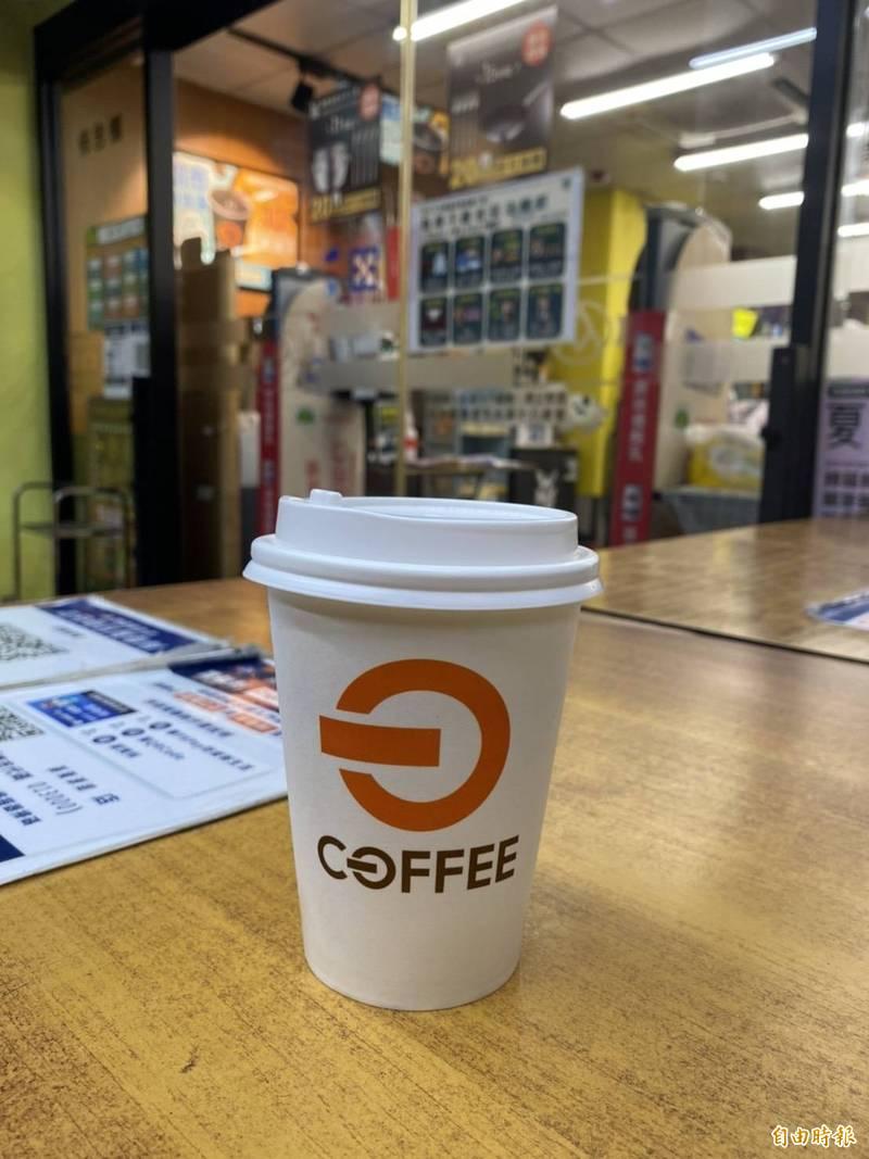 財政部在今天(25日)公布110年5-6月統一發票中獎號碼,其中,基隆市全聯源遠店一位幸運兒僅消費35元買冰咖啡,就中了1000萬元。(記者俞肇福攝)