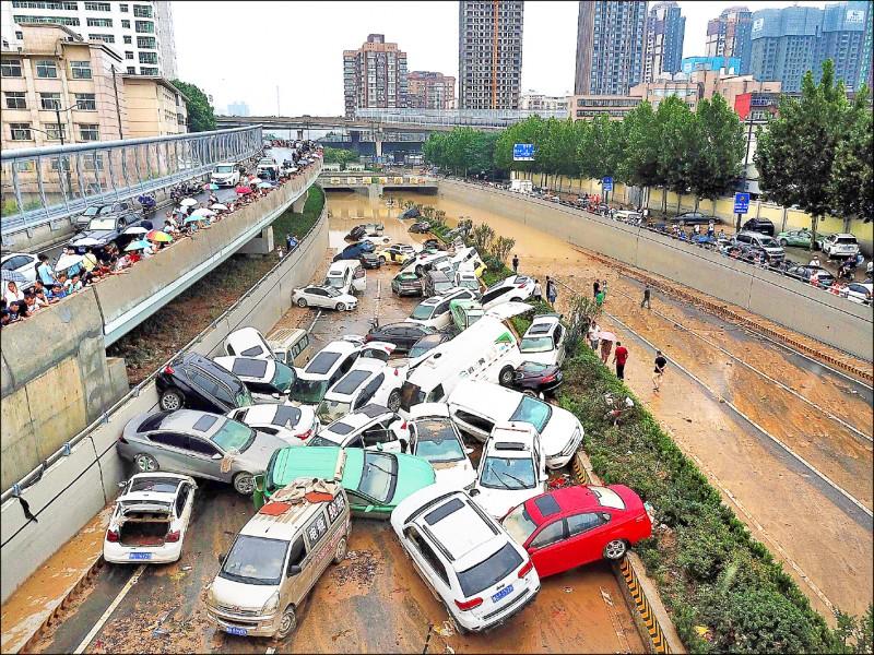 中國河南省廿日降下暴雨,鄭州市京廣隧道五分鐘內被洪水淹沒,初步造成五十六人遇難、五人失蹤,逾七五七萬人受災,救援工作仍在進行中。(法新社)