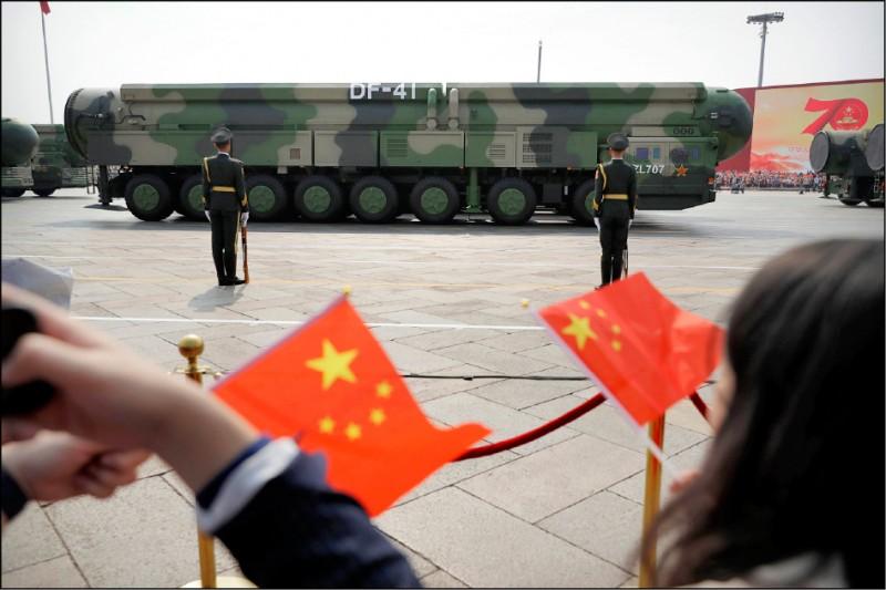 中國火箭軍最新的東風-41洲際彈道飛彈發射井位於甘肅省。加上附近的地下東風-31A飛彈部隊,火箭軍很快就會擁有足夠的核彈頭,可能對蒙大拿州、北達科他州和懷俄明州的四○○座美國「義勇兵」洲際彈道飛彈發射井,採取先發制人的第一擊。(美聯社檔案照)