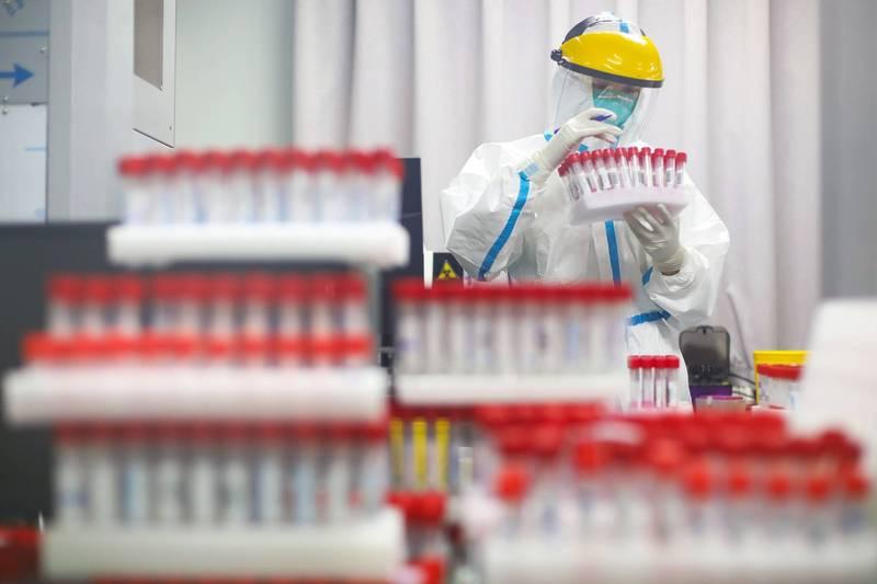 南京首輪全員檢測發現57例陽性,疫情已蔓延5省。圖為南京檢測人員。(路透)