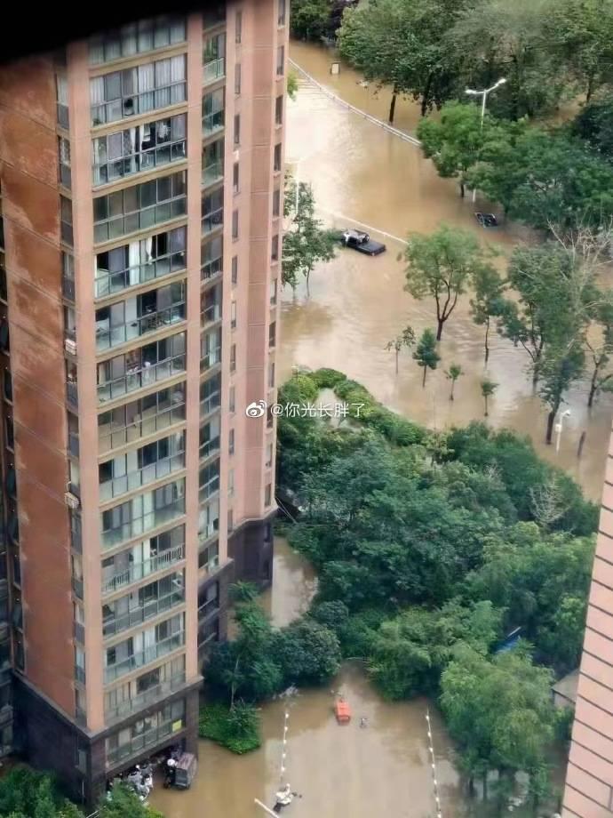 河南省新鄉市網友發文求救,自己居住的社區重度受災。(圖擷取自微博)