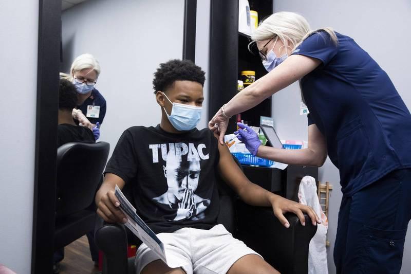 美國馬里蘭州為了要讓12至17歲學子踴躍接種武肺疫苗,推出了100萬美元(約新台幣2804萬元)的獎學金抽獎計畫。馬里蘭州青少年接種示意圖。(歐新社)