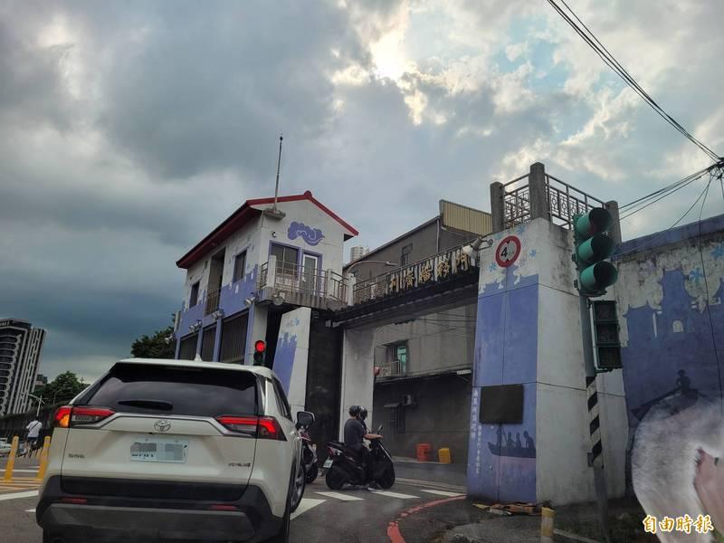 颱風逐漸遠離台灣,新北市水門25日上午8點開放。(記者賴筱桐攝)