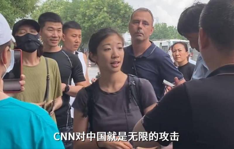 《德國之聲》男記者(右四)正錄影報導當地災情時,突遭群眾圍堵,被不斷質問「你是哪家媒體」、「是不是CNN?是不是CNN?」(擷取自微博)