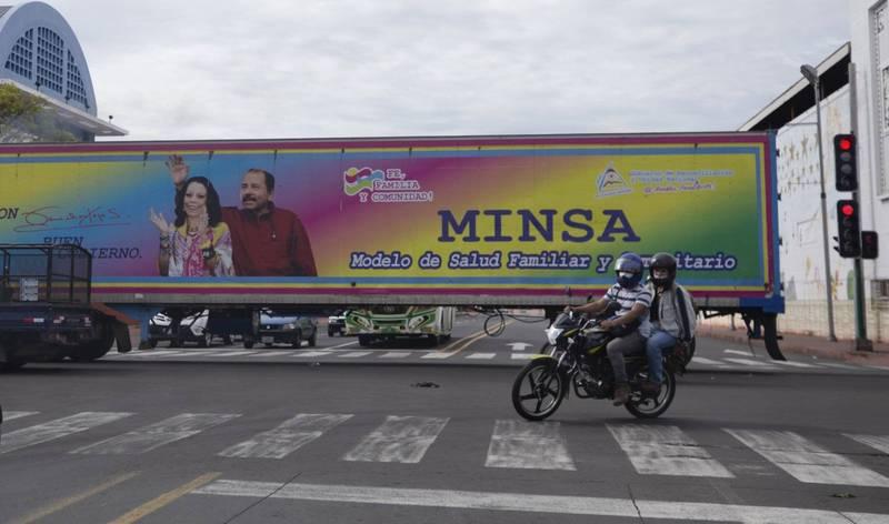 尼加拉瓜第7名可能的總統候選人遭警方拘捕軟禁,這使得75歲現任總統奧蒂嘉(Daniel Ortega)的第4次連任之路已無敵手。圖為奧蒂嘉與妻子的宣傳海報。(美聯社)