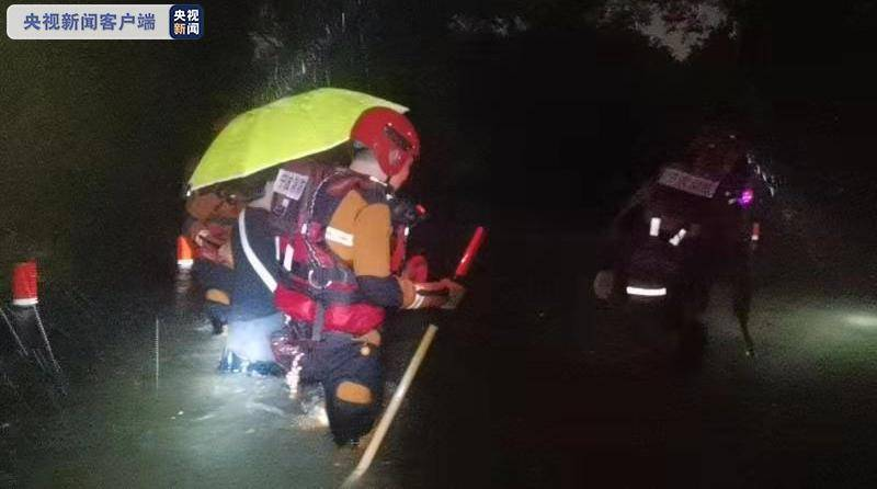 今年第6號颱風「烟花」的螺旋雨帶區已經在浙江上岸,受強降雨影響,浙江寧波、杭州多處都出現淹水、海水倒灌災情,當地消防單位緊急連夜救援受困人員。(圖擷自新浪網)