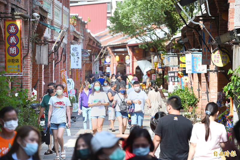 People walk along Shenkeng Old Street in New Taipei City's Shenkeng District yesterday. Five new local COVID-19 cases were reported in the city yesterday. Photo: Fang Pin-chao, Taipei Times