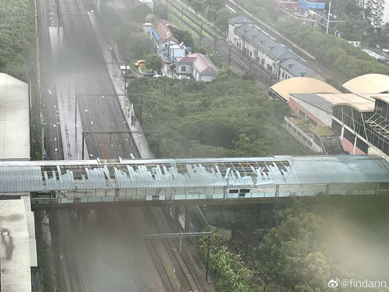 烟花強勁風勢,把上海地鐵莘莊站天橋棚頂吹翻。(圖擷取自中國媒體)