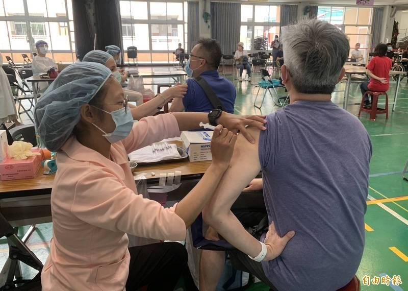 武漢肺炎本土疫情趨緩,政府鼓勵大家接種疫苗「輪到你就去打」。(資料照)