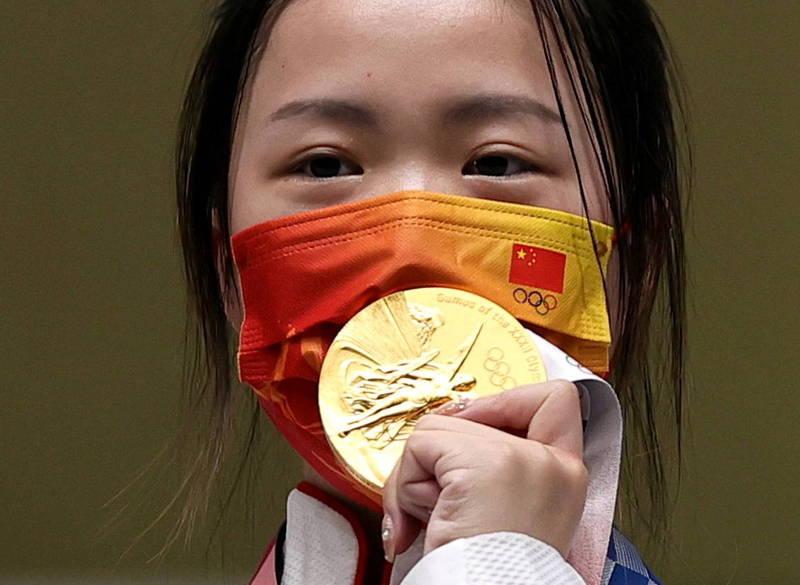中國射擊選手楊倩昨(24)日在10公尺空氣步槍決賽中拿下東京奧運開幕首枚金牌。(路透)