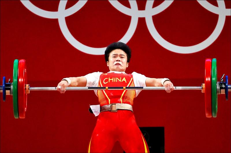 中國選手侯志慧二十四日在做為比賽場館的會展中心「東京國際論壇」(Tokyo International Forum),舉出女子舉重四十九公斤級金牌,但路透選用的照片在中國引發不滿,指控西方國家媒體蓄意醜化中國。(路透)