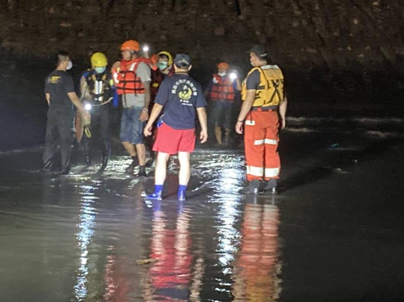 搜救高雄旗津海域戲水失蹤父子今早出發,上午6點尋獲1人已無生命跡象。(民眾提供)